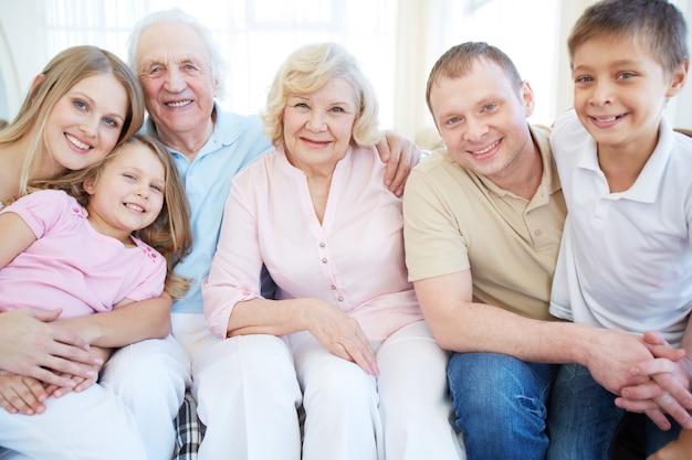 Famille enthousiaste dans le salon