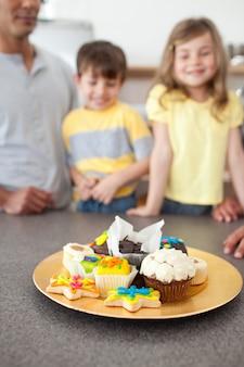 Famille enthousiaste montrant leurs biscuits faits à la main