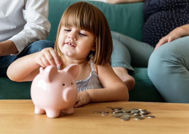 Famille épargnant de l'argent en tirelire