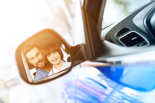 Une famille est venue au showroom pour acheter une nouvelle voiture.