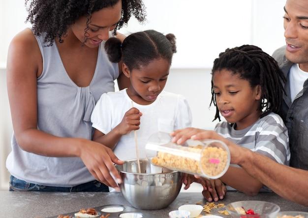Famille ethnique faisant des biscuits ensemble