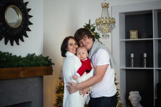 Famille étreignant à la maison pendant les vacances d'hiver de noël