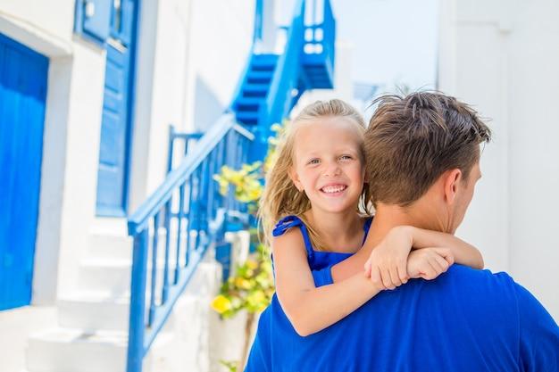 Famille en europe. heureux père et petite fille adorable à mykonos pendant les vacances d'été en grèce