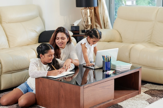 Famille à faire ses devoirs à la maison