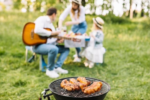 Famille faisant un barbecue dans la nature
