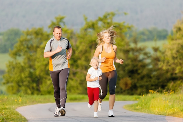 Famille faisant du sport en plein air