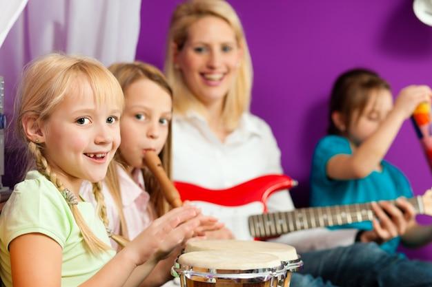 Famille faisant de la musique