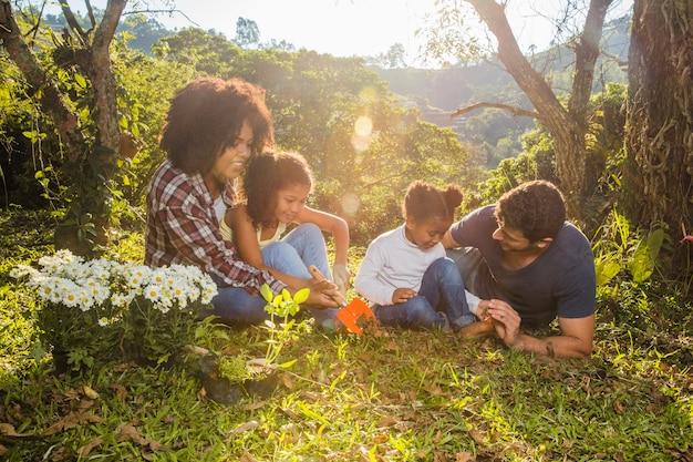 Famille faisant un pique-nique