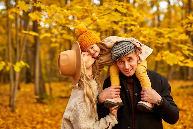 Famille avec fille dans le parc automne