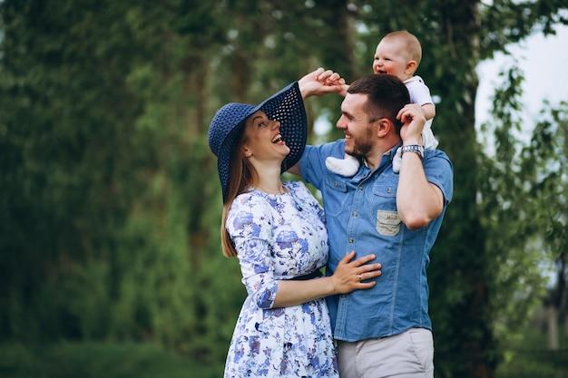 Famille avec fille enfant en bas âge