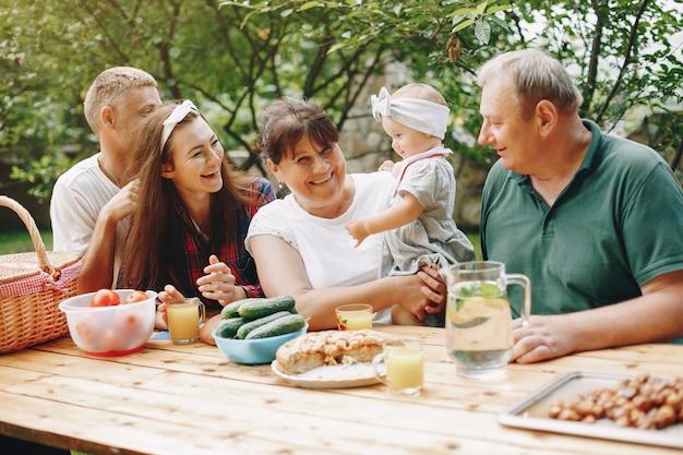 Famille avec fille jouant dans la cour