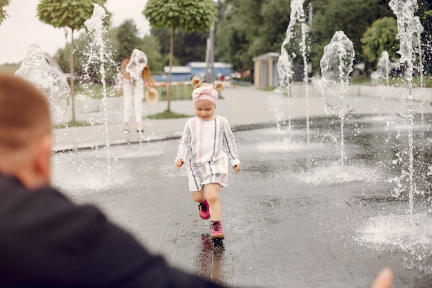 Famille avec fille jouant dans un parc