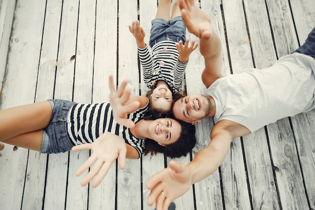 Famille avec fille jouant sur le sable