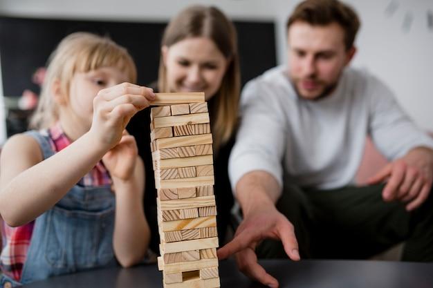 Famille floue jouant jenga