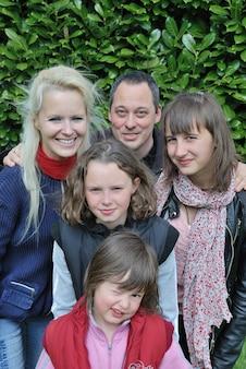 Famille française dans son jardin