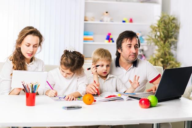 Famille gentille et heureuse se reposant à la maison.