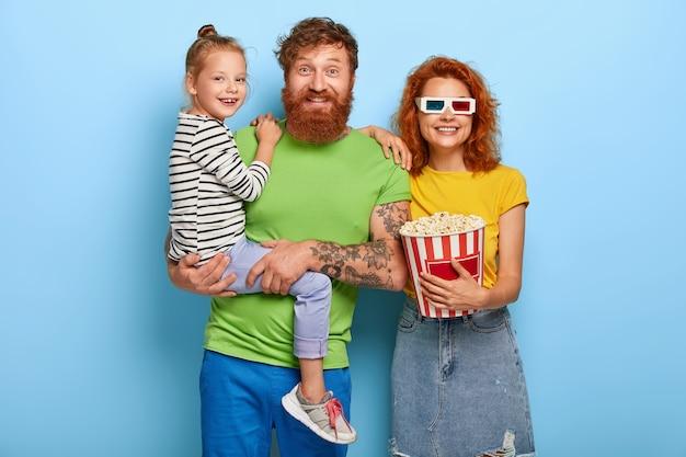 Famille de gingembre s'amusant au cinéma