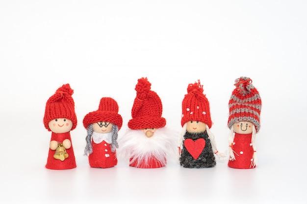 Famille de gnomes de noël isolé sur blanc