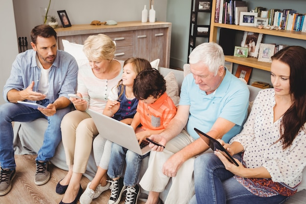 Famille avec grands-parents utilisant la technologie