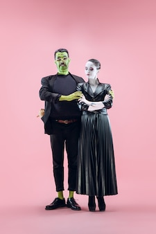 Famille d'halloween. couple heureux en costume d'halloween et maquillage
