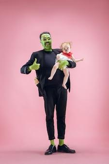 Famille d'halloween. heureux père et fille d'enfants en costume et maquillage d'halloween