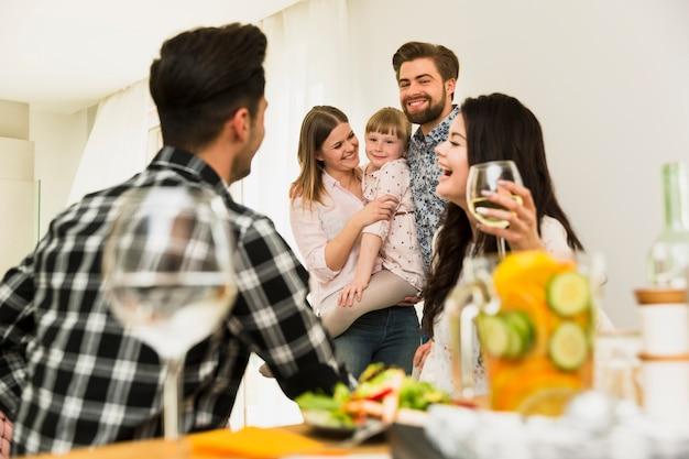Famille heureuse et amis se détendre ensemble