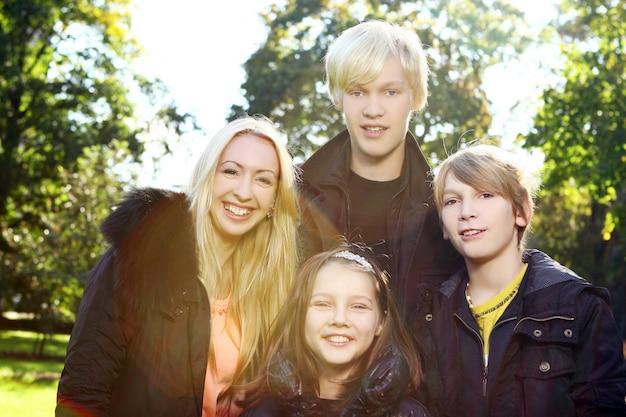 Famille heureuse, amusez-vous dans le parc