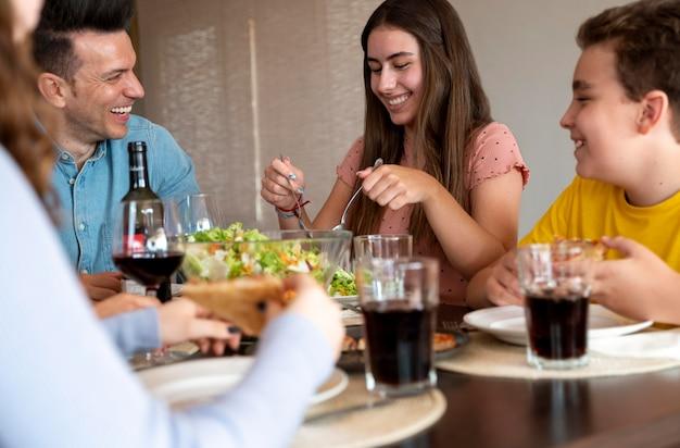 Famille heureuse appréciant le déjeuner ensemble à la maison