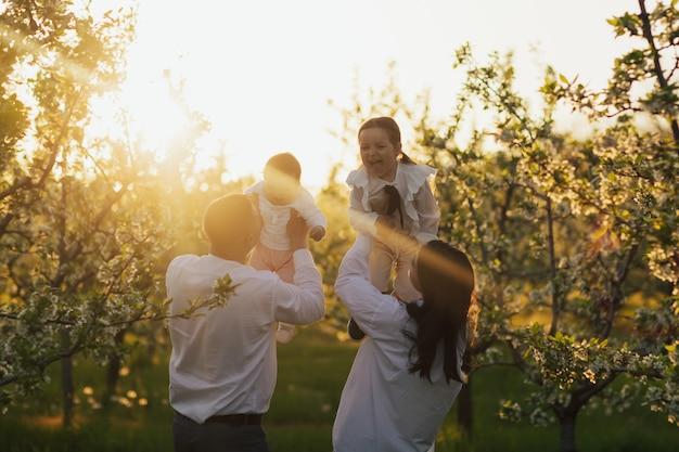 Famille heureuse appréciant le temps ensemble