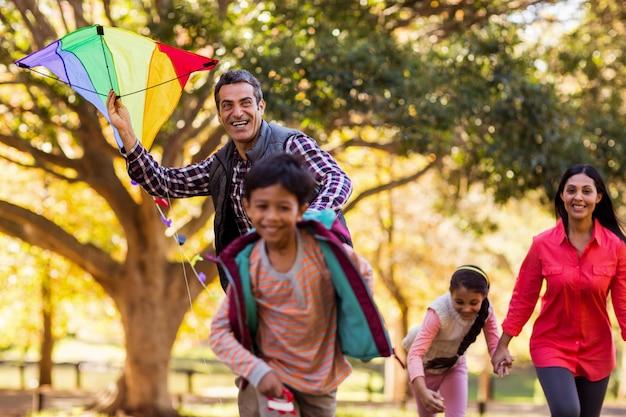 Famille heureuse, apprécier, à, cerf volant