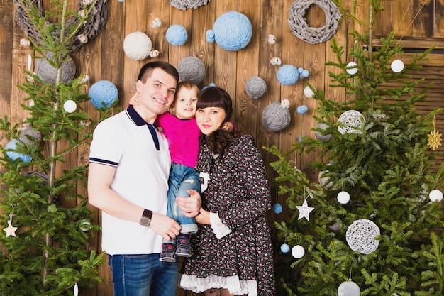 Famille heureuse et arbre de noël. père, mère et fils. enfant mignon. enfant