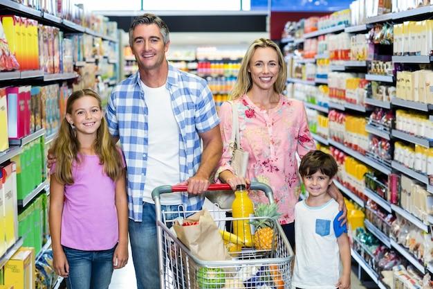Famille heureuse au supermarché