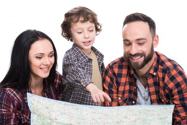 Une famille heureuse avec bagages et carte sont prêts à voyager.