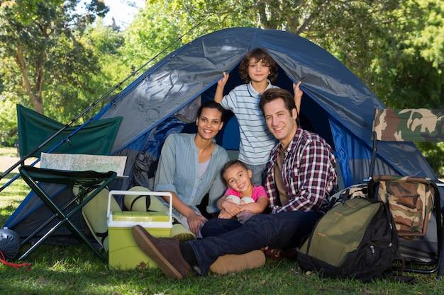Famille heureuse en camping dans leur tente