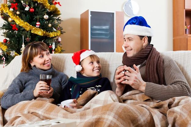 Famille heureuse sur le canapé à la maison
