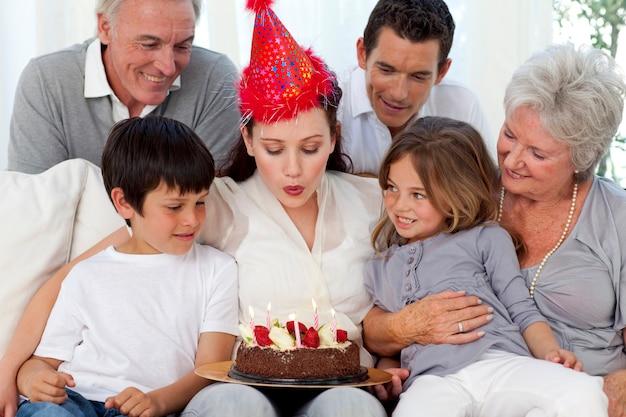 Famille heureuse célébrant l'anniversaire de la mère