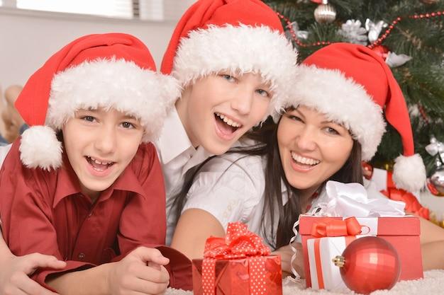 Famille heureuse célébrant le nouvel an à la maison