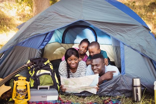Famille heureuse, coucher ensemble