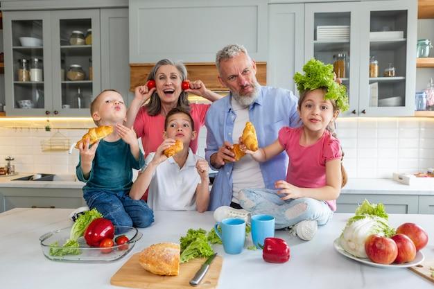 Famille heureuse coup moyen dans la cuisine