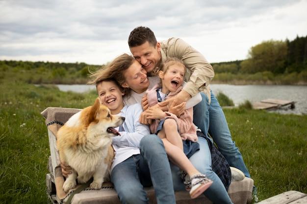 Famille heureuse de coup moyen dans la nature