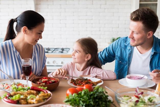 Famille heureuse coup moyen à la maison