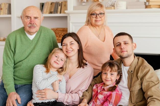 Famille heureuse coup moyen posant