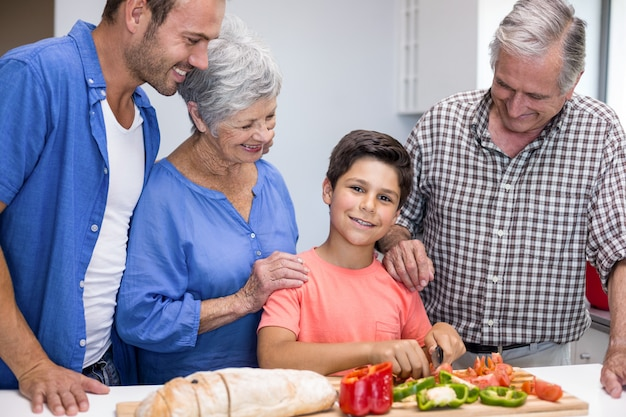 Famille heureuse dans la cuisine