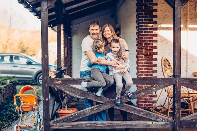 Une famille heureuse dans leur maison de campagne