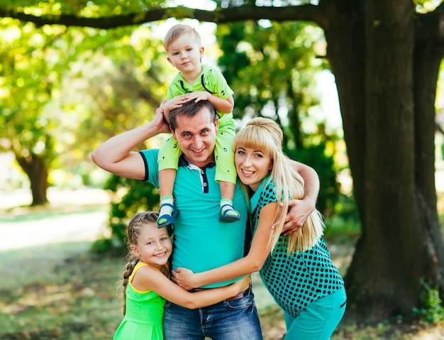 Famille heureuse dans le parc. bonheur.