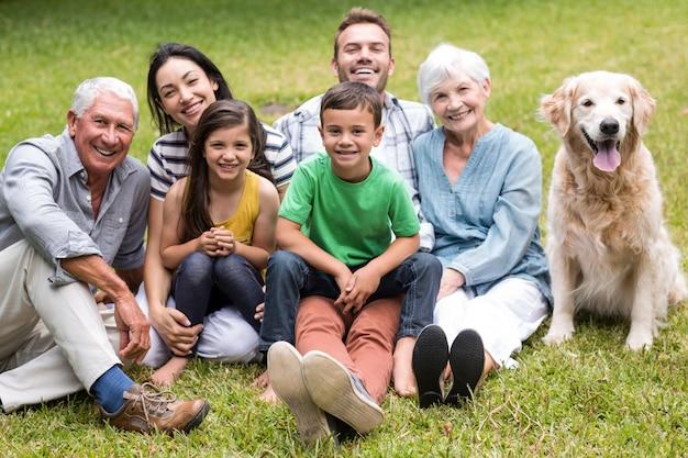 Famille heureuse dans un parc