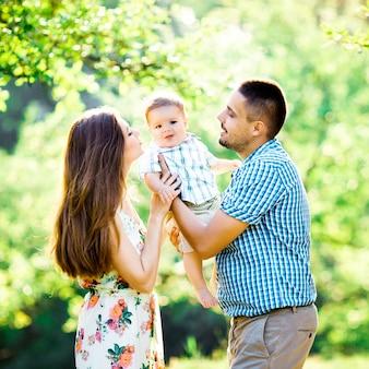 Famille heureuse dans le parc