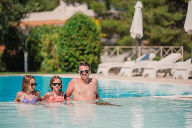 Famille heureuse, dans, piscine extérieure