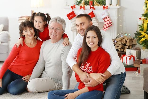 Famille heureuse dans le salon décoré pour noël