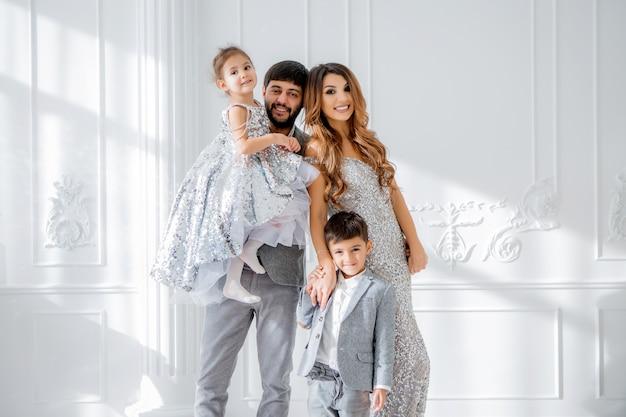Famille heureuse dans des vêtements élégants à l'intérieur du nouvel an